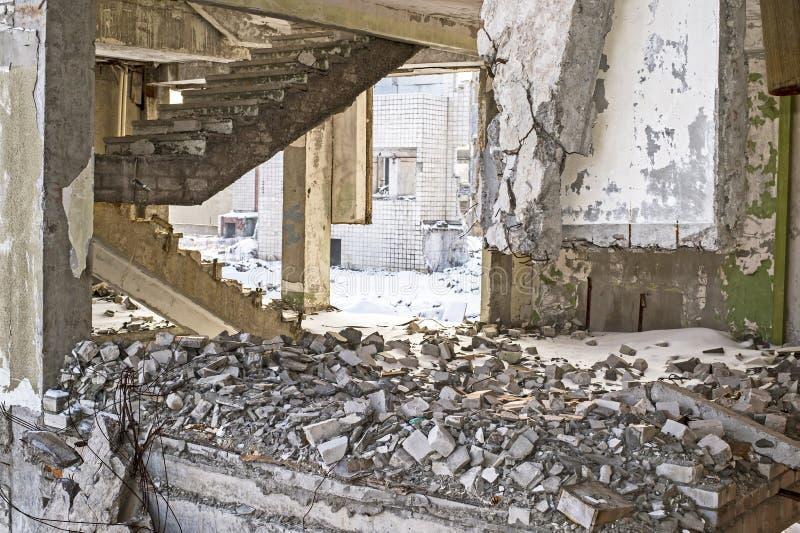 Klatka schodowa betonowi budynki śmiecący z gruzami kamienie i beton obraz royalty free