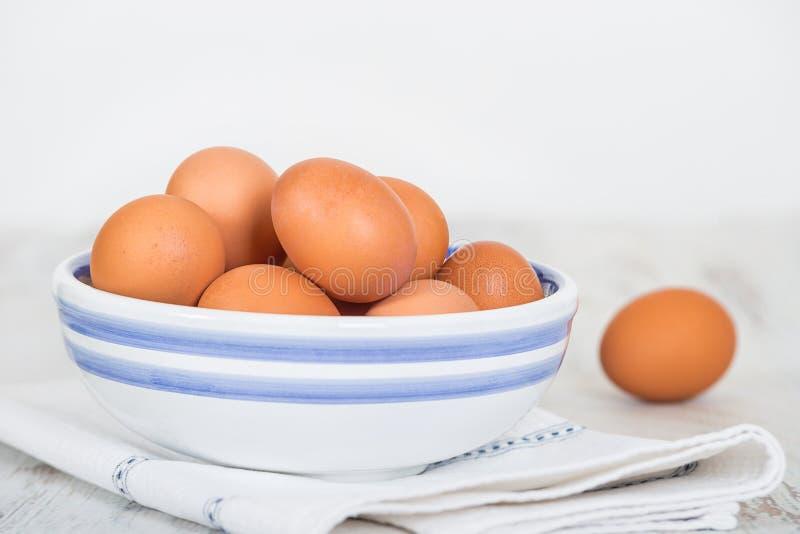 Klatka uwalnia, brązowić, kurnych jajka w pucharze obraz stock