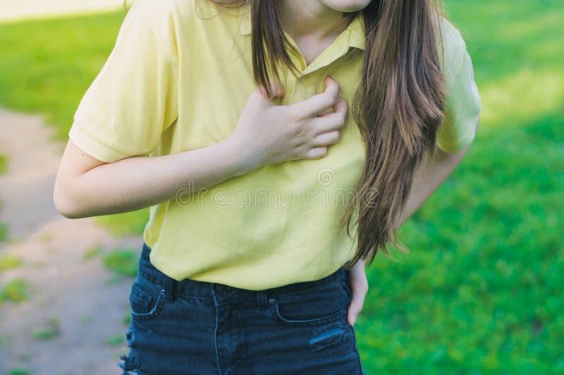 Klatki piersiowej obolałość outdoors, problem zdrowotny zdjęcia royalty free