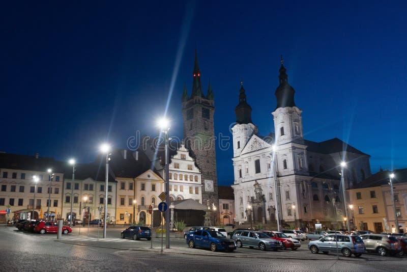Klatovy市大广场黑色塔和教会有地下墓穴的,捷克语 库存照片