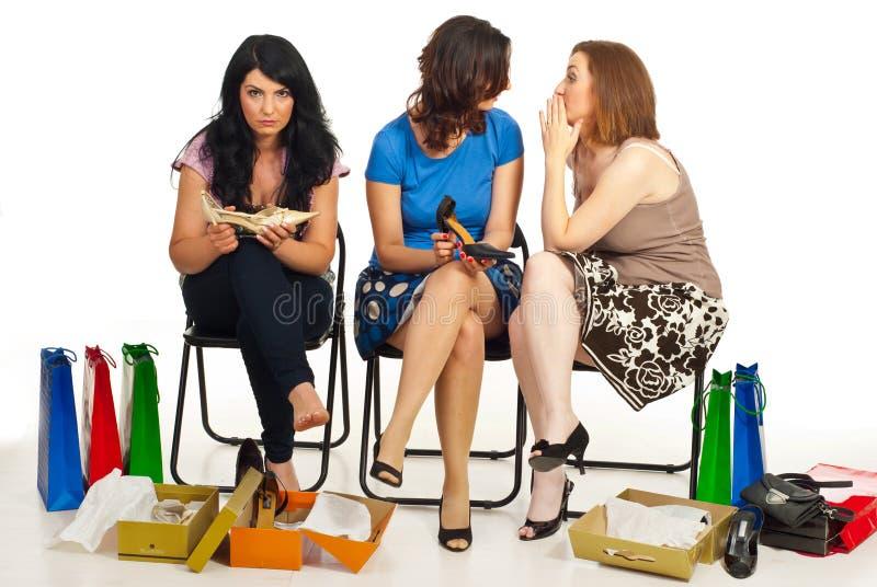 Klatsch mit zwei Frauen über ihren Freund lizenzfreie stockfotografie