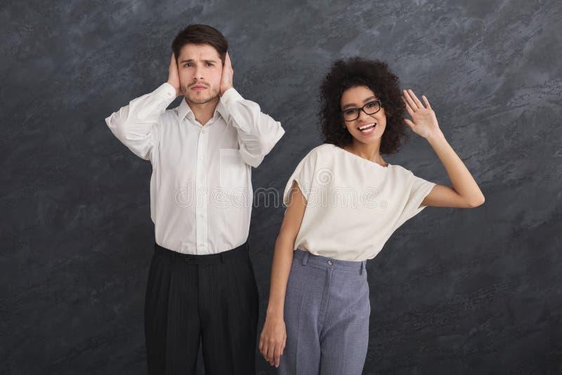Klatschen ist nur weibliche Gewohnheit stockfotos