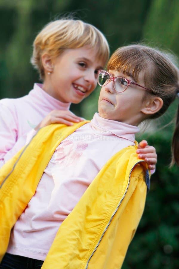 Klatschen mit zwei Mädchen stockbild