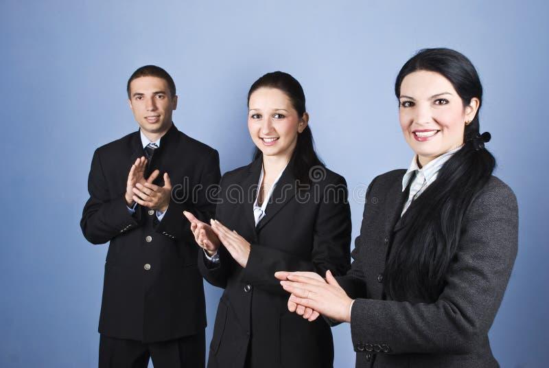 Klatschende Geschäftsleute lizenzfreie stockfotografie