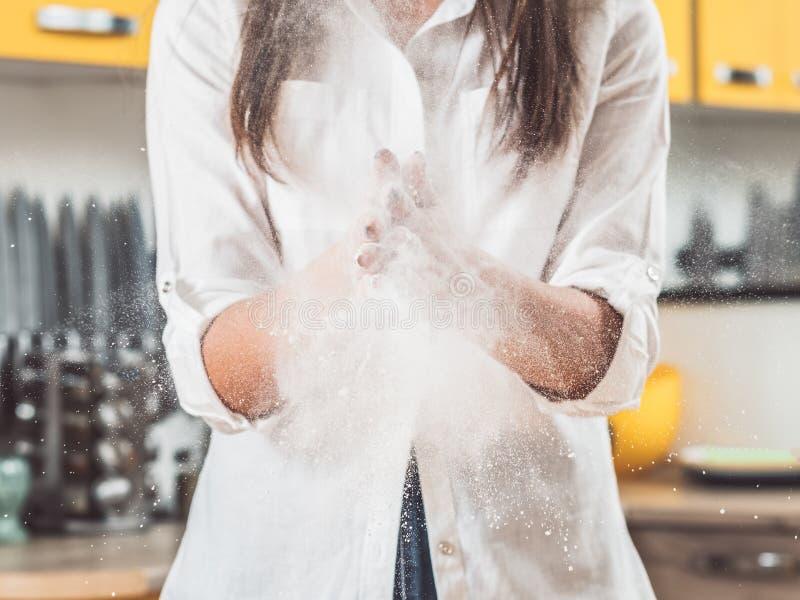 Klatschende Hände der Frau bemehlen Staubwolkenexplosion lizenzfreie stockfotografie