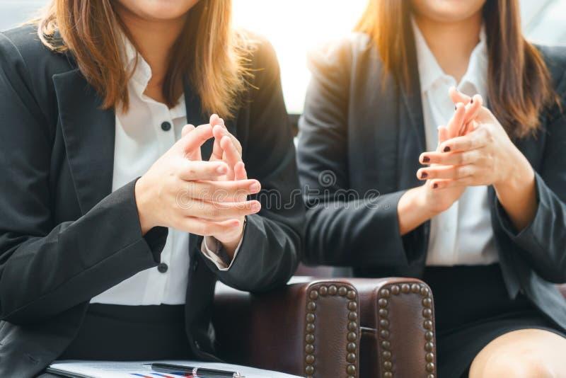 Klatschende Hände der Lächelngeschäftsfrau beim Sitzen des Konzeptes lizenzfreie stockfotografie