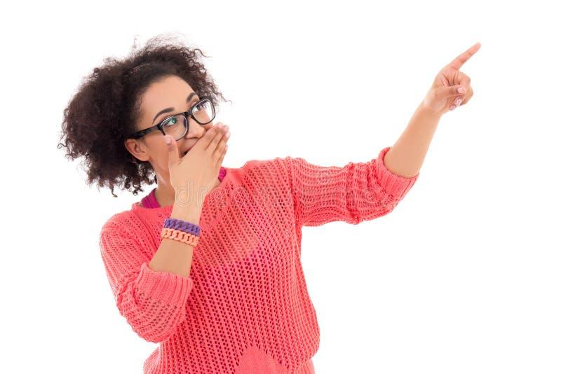 Klatschkonzept - hübsche Afroamerikanerjugendliche in rosa PO stockbilder