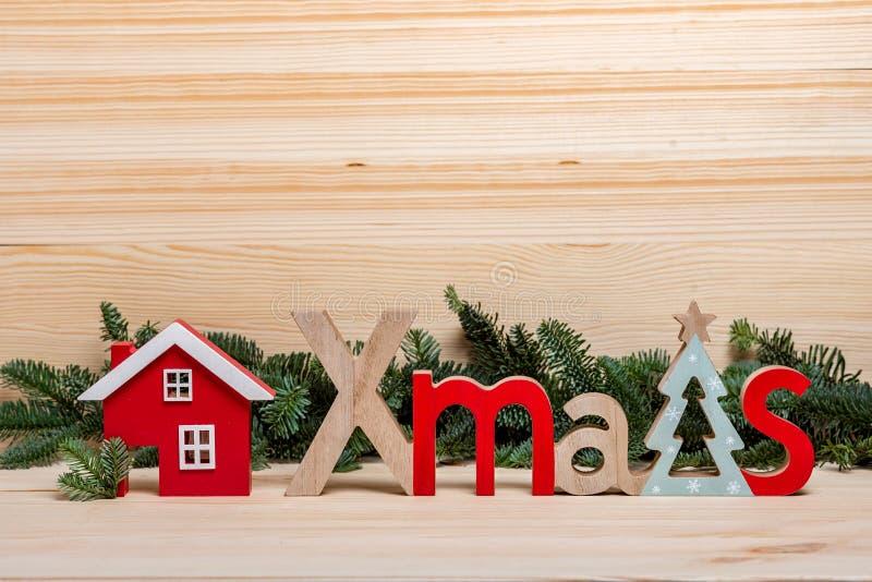 klaus santa för frost för påsekortjul sky Nytt års stad, hus, träbokstavsjul, julhälsning julen house trä royaltyfria bilder