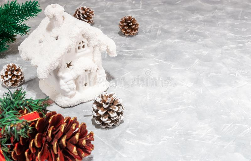 klaus santa för frost för påsekortjul sky snövitt hus, kottar Ljus bakgrund för jul med kottar Tomt avstånd för text 2019 år mini arkivfoto