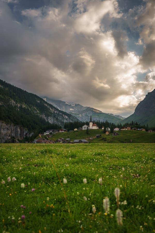 Klausenpass в швейцарских горных вершинах стоковые изображения