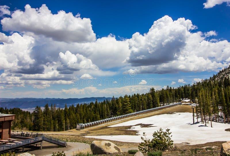 Klauzurowego konwejeru Narciarski dźwignięcie W Sierra Nevada górach obraz stock