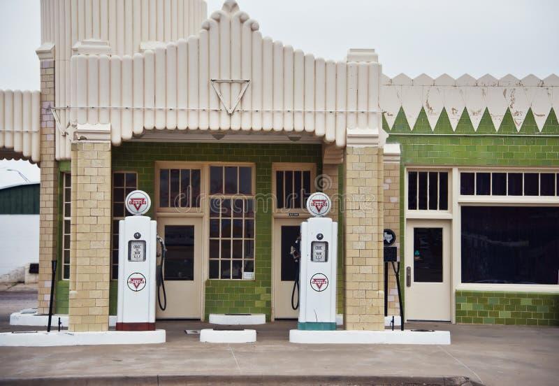 Klaver, Texas - Maart 10, 2019 Van u-daling de Post van de de Posttoren Herbergenconoco op Route 66 stock afbeelding