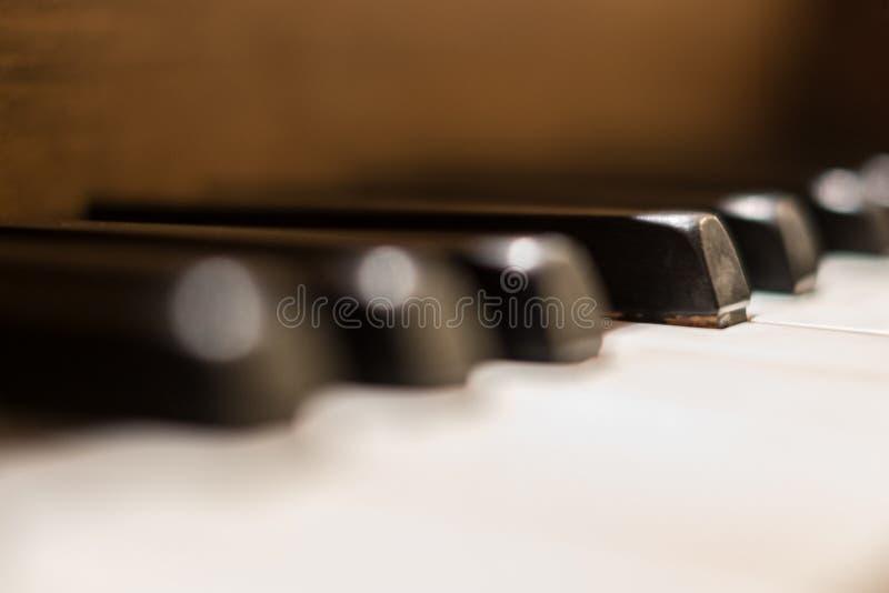Klavier befestigt Makro - Weinleseklaviernahaufnahme lizenzfreie stockfotos