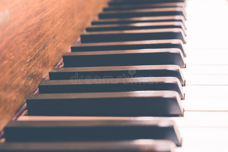 Klavier befestigt Makro - Weinleseklaviernahaufnahme stockfoto