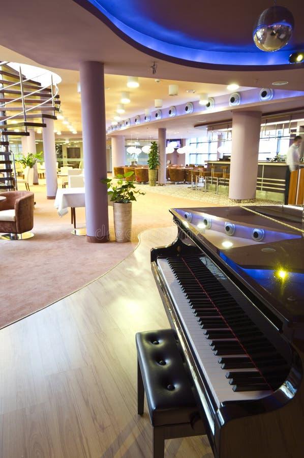 Klavier in der Gaststätte stockfotografie
