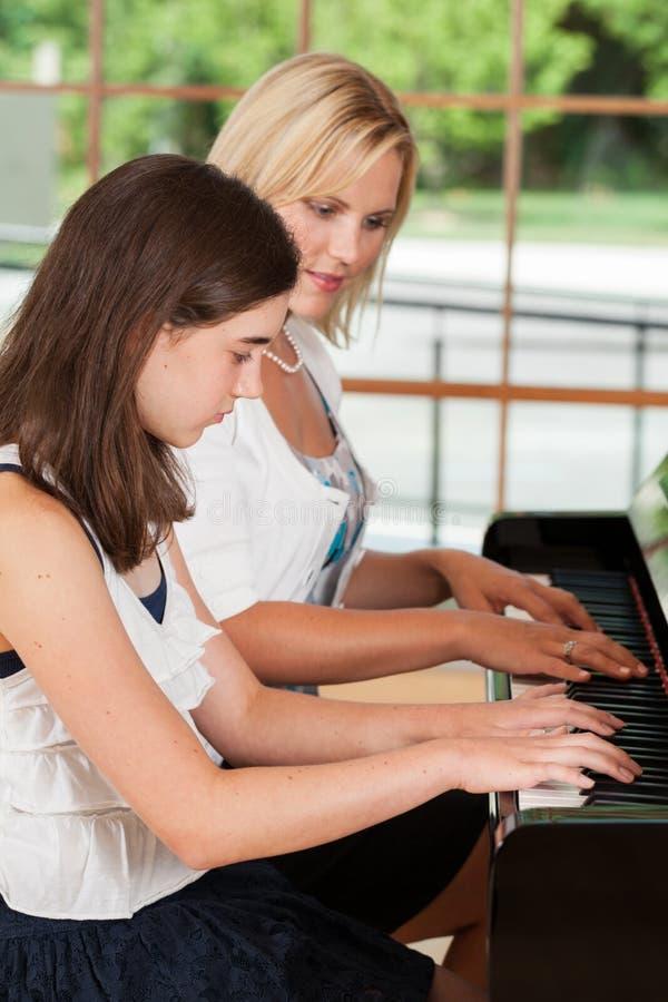 Klavier-Kursteilnehmer und Lehrer stockbild