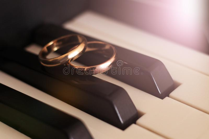 Klavier und Eheringe so nah stockbilder