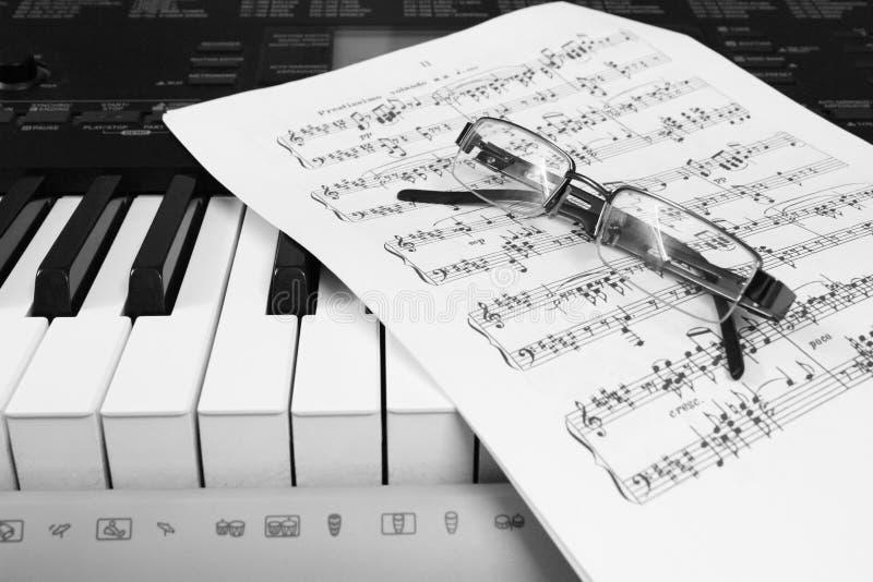 Klaviernoten und -gläser lizenzfreies stockfoto
