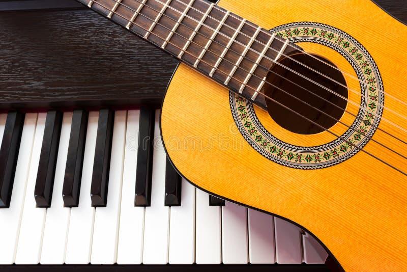 Klavierschlüssel und -gitarre stockfoto