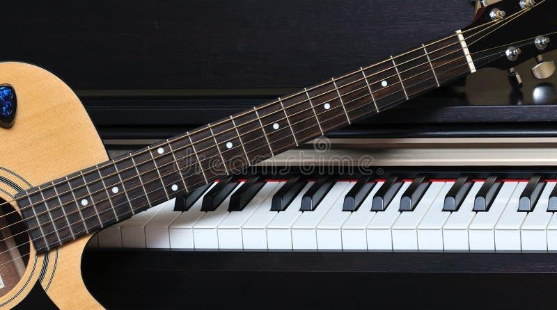 Klavierschlüssel und -gitarre stockbilder