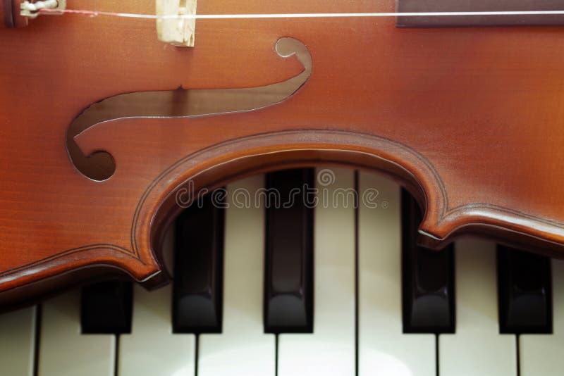 Klaviertastatur mit Violine stockfotografie