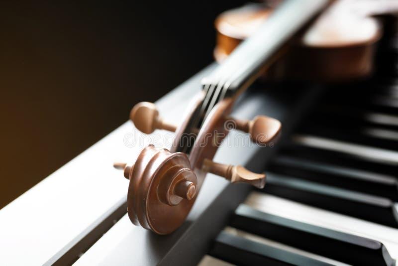 Klaviertastatur mit Violine lizenzfreie stockbilder