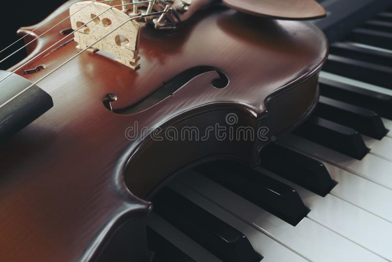 Klaviertastatur mit Violine lizenzfreies stockbild
