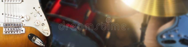 Klaviertastatur und Musikinstrument der Gitarre auf Stadiumshintergrund stockbild