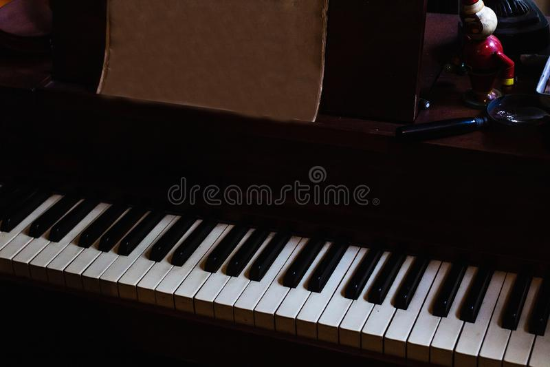 Klaviertastaturhintergrund mit selektivem Fokus stockfotografie