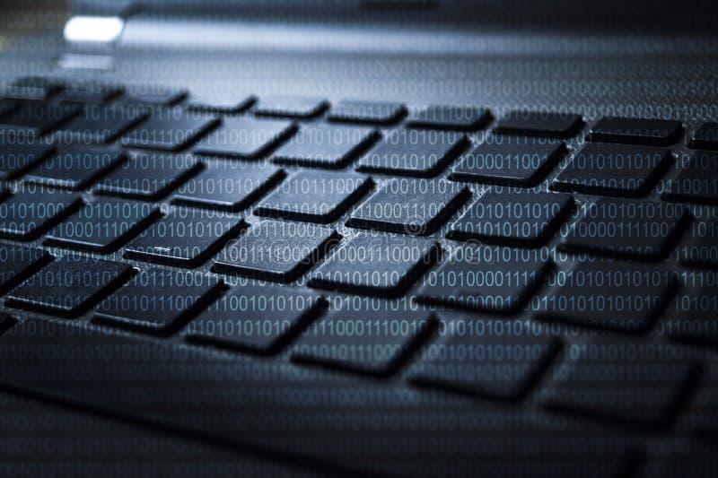 KLAWIATURA laptop Z BINARNYMI cyframi royalty ilustracja