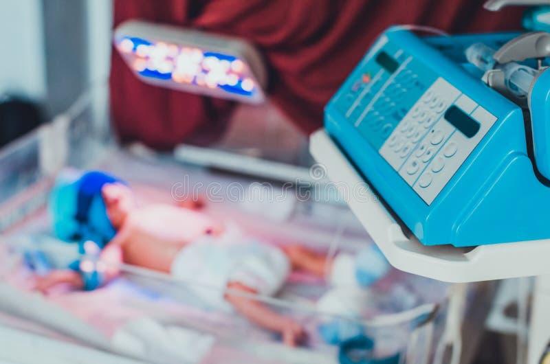 Klawiatura na dziecięcej grzałce i dziecku w nim przy zamazanym tłem obrazy stock