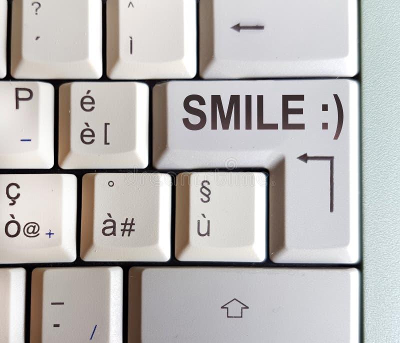 Klawiatura z kluczem z odpowiedzią pisać: uśmiech obrazy royalty free