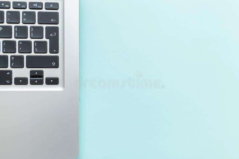Klawiaturowy laptop odizolowywający na błękitnym pastelowym biurka tle Nowożytni technologie informacyjne i oprogramowania postęp obraz stock
