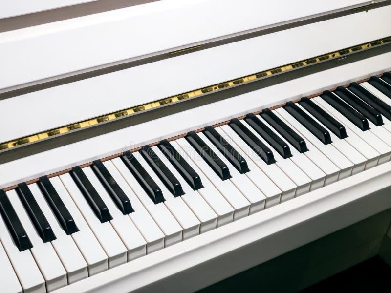 Klawisze białego pianina elegancki klasyczny instrument muzyczny zdjęcie stock