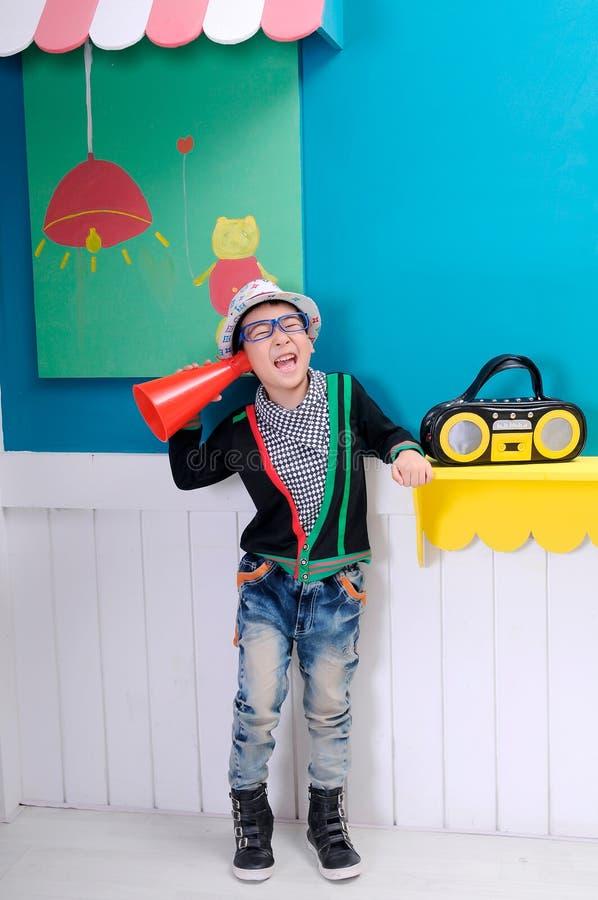Klaxon de garçon et lecteur de bande magnétique image stock