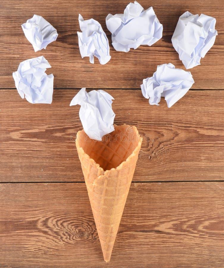 Klaxon de gaufre et boules de papier chiffonné sur une surface en bois Disposition créative, tendance minimale image stock
