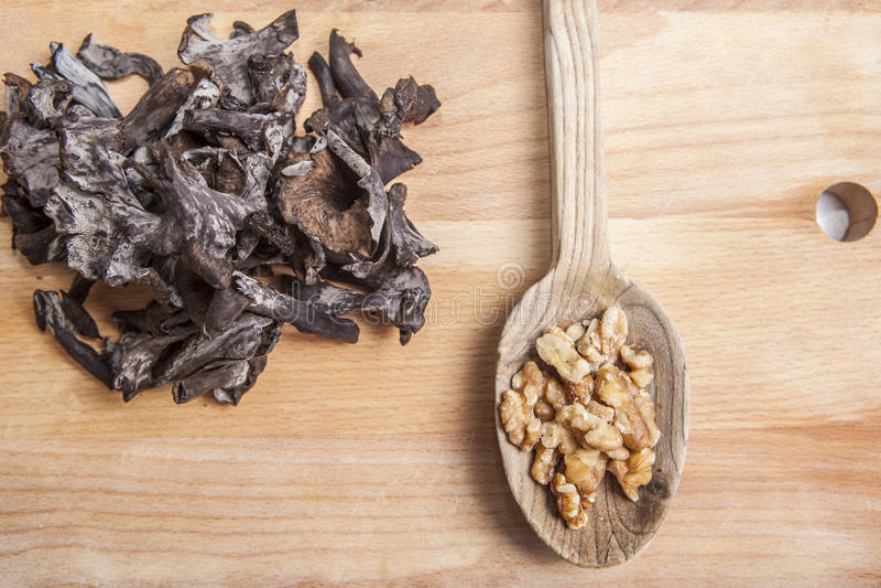 Klaxon des champignons d'abondance avec des noix photo libre de droits