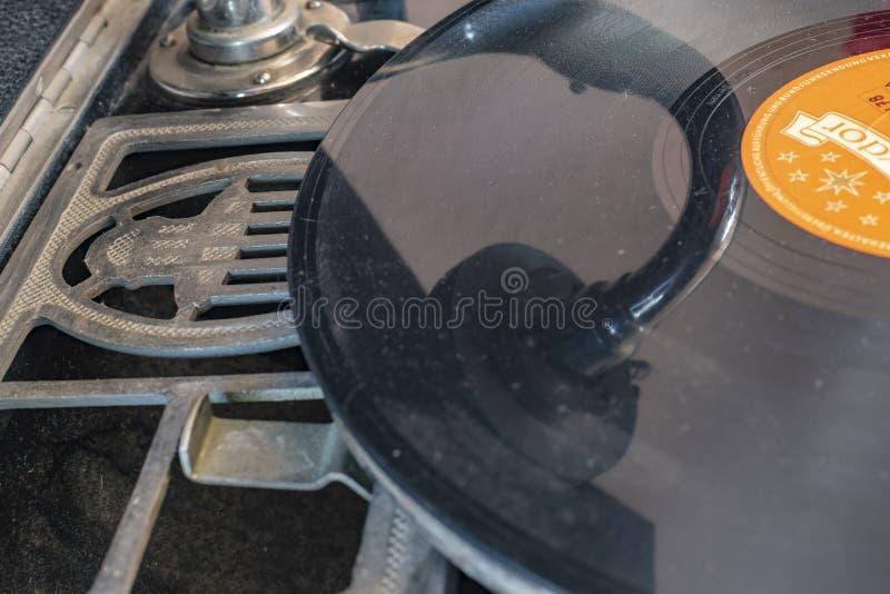 Klaxon intégré d'un phonographe historique de tourne-disque d'Allemagne dans pendant les années 1920 avec un disque de gomme laqu image libre de droits