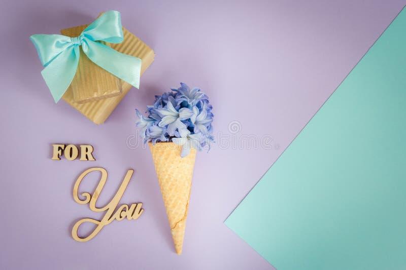 Klaxon ou cône de crème glacée avec la jacinthe pourpre sur un pourpre - fond en bon état photographie stock