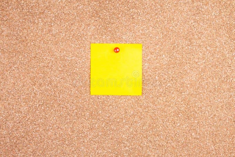 Klebrige Anmerkung der gelben Anzeige über Korkenbrett lizenzfreie stockfotografie