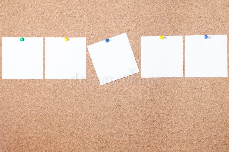 Klebrige Anmerkung der weißen Anzeige über Korkenbrett, leerer Raum für Text lizenzfreies stockbild