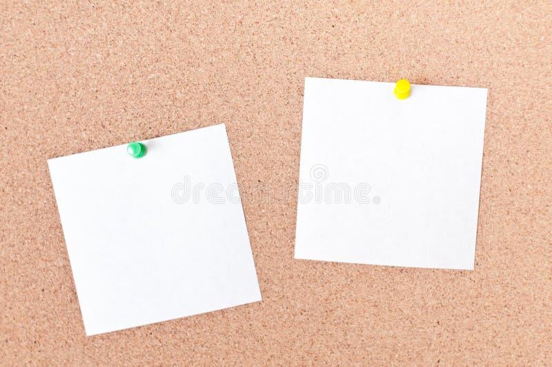 Klebrige Anmerkung der weißen Anzeige über leeren Raum des Korkenbrettes für Text stockfotografie