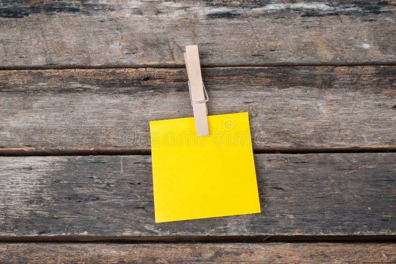 Klebrige Anmerkungen der Anzeige über hölzernes Brett, leerer Raum für Text stockfotografie
