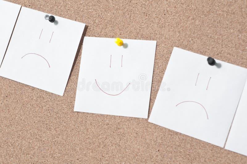 Klebrige Lächelnanmerkung der weißen Anzeige über Korkenbrett stockfotografie