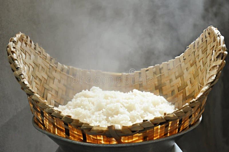 Klebriger Reis im Weidendampfer lizenzfreie stockfotos