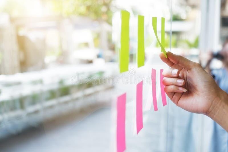 Klebriges Briefpapieranzeigen-Zeitplanbrett auf Glasfenstern lizenzfreie stockfotos