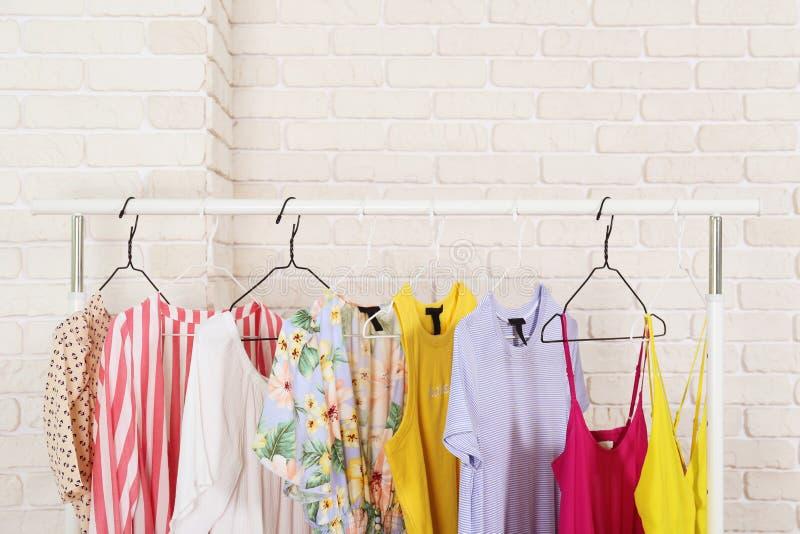 Kledend opslagrek met heel wat verschillende kleding royalty-vrije stock fotografie
