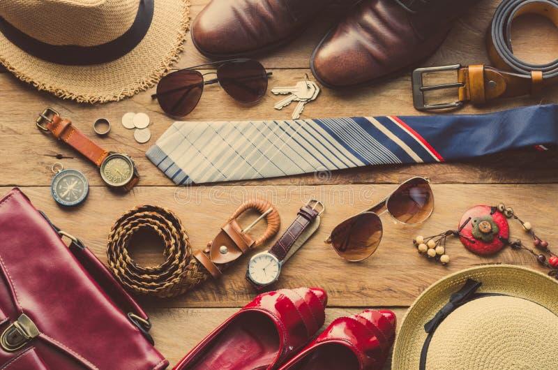 Kleding en toebehoren voor mannen en vrouwen klaar voor reis stock afbeelding