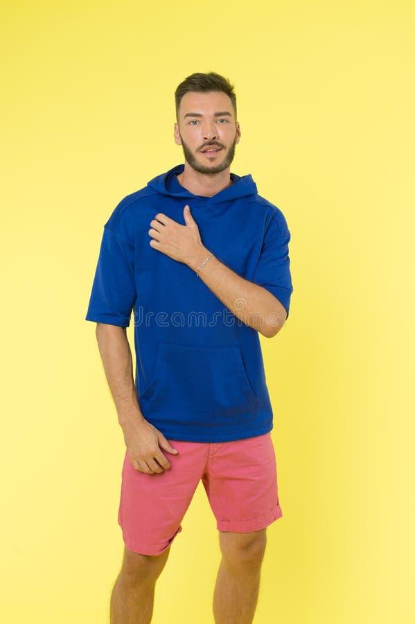 Kleding voor actieve levensstijl Kies comfortabele die kleren actief uit zachte textiel worden gemaakt te blijven Atletische mens stock foto