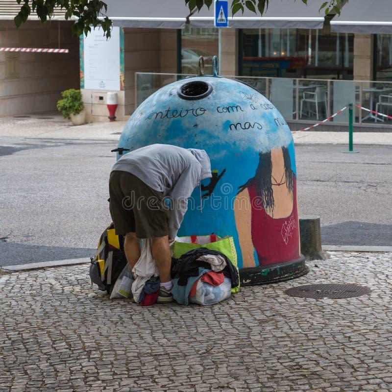 Kledingsbank: Jongen Recyclingskleren in Kleurrijke Container royalty-vrije stock afbeelding
